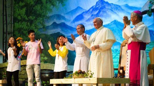 O Papa e os jovens coreanos. Há quatro anos o convite a ser família unida