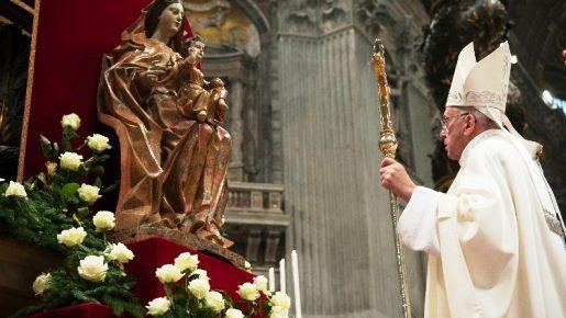 Papa: que Nossa Senhora nos ajude a ser santos e a ter uma fé forte e alegre