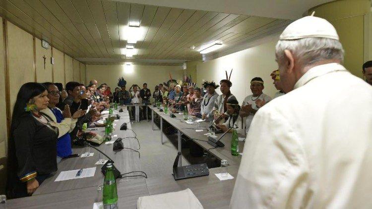 Papa encontra grupo de indígenas no Vaticano